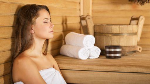 In unseren Saunen kannst du dich zurücklehnen und entspannen.