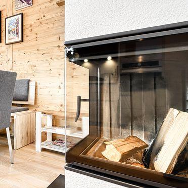 Essbereich mit Ofen, Chalet am Arlberg I in Wald am Arlberg, , Vorarlberg, Österreich
