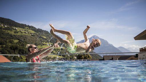 familotel Stefan Pitztal Spaß im Pool